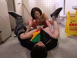 公衆トイレで男のアナルを舐めるのが大好きなド変態性癖女が現れた